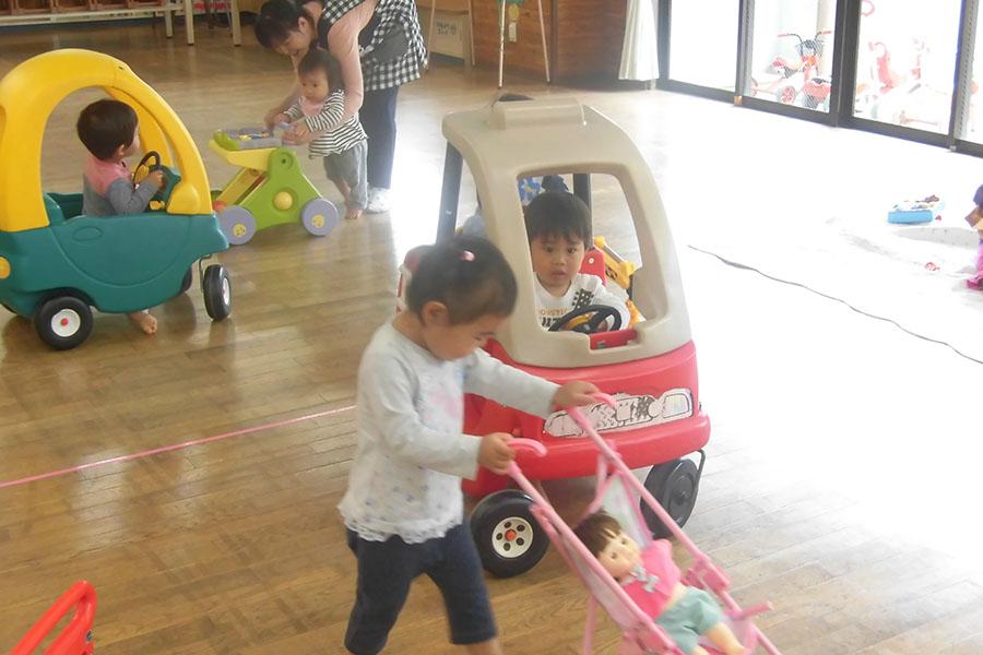 児童館でドライブ